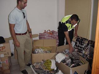 20080603172556-20060803091518-edil-y-policia-supervisa-material-incautado-almu-ecar-06-b-1-.jpg