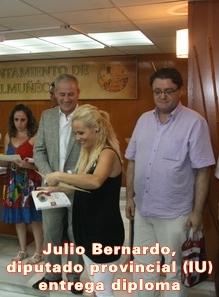 20100911115936-julio-bernardo-entrega-diploma-curso-cocina.jpg