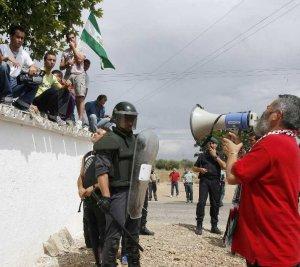 20091202171953-gordillo-y-jornaleros.jpg
