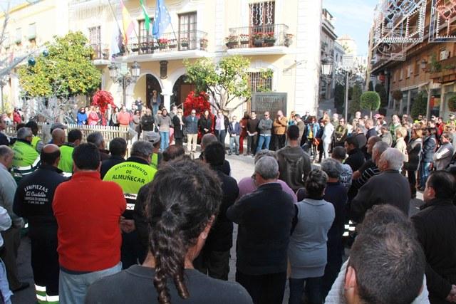 20131217180151-representantes-y-trabajadores-municipales-de-almunecar-guardan-minuto-de-silencio.jpg