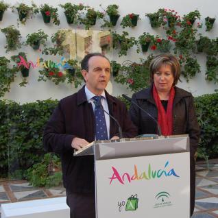 El consejero de Turismo, en Córdoba con la delegada del ramo en la provincia.