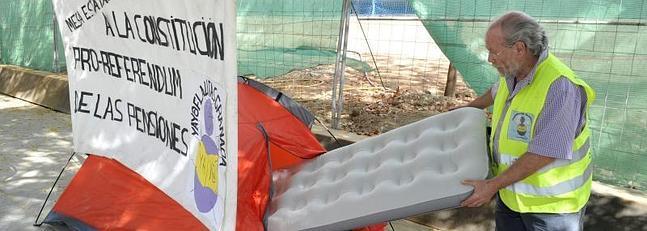 Un 'yayoflauta' acampa en Granada contra el recorte de las pensiones