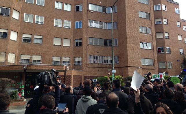 Un centenar de activistas antidesahucio protagonizan un 'escrache' en la casa de la diputada del PP Rodríguez Salmones